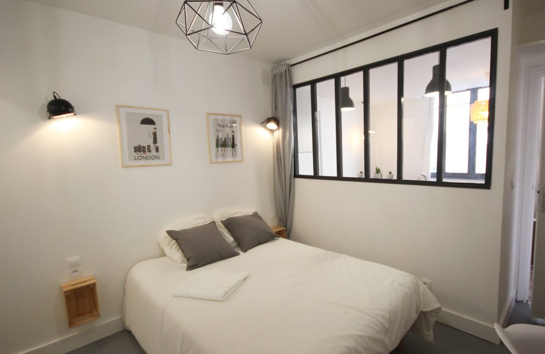Chambre avec lit double d'un appartement en centre ville de Rouen par unappartarouen.com