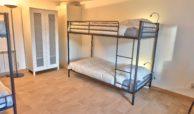 chambre avec lit double sur élevé d'appartement en bord de seine unappartarouen.com